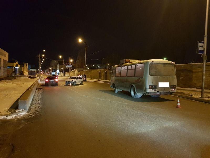 ВСтаврополе столкнулись легковушка иавтобус «ПАЗ», пострадал парень